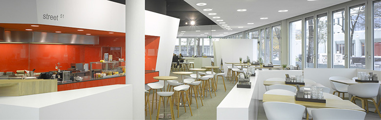 zentrale Kochstationen – umfassende Sitzplätze in lockerer Atmosphäre