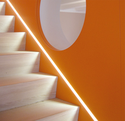 hinterschnittene Treppe, Treppe, Lichtleiste, Wandverkleidung, Material-und Farbkonzept