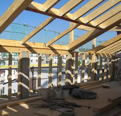 Aufstockung in Leichtbauweise, Dachaufbau und Dachausbau im Bauzustand
