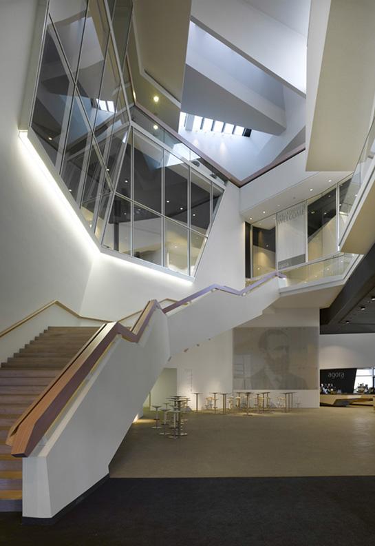 Foyer als Zentralraum, im Empfangsbereich Siebdruck mit Motiv Dr. Carl von Linde, im Hintergrund die Cafeteria