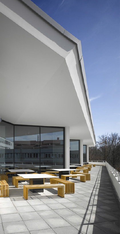 Terrassenmöbel, Terrasse des Mitarbeiterrestaurants mit Alpenpanorama